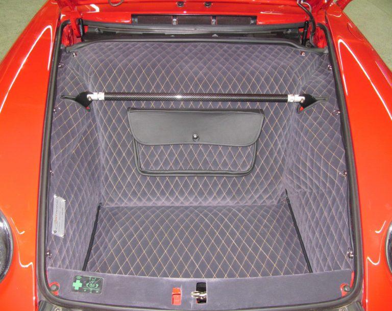 Einbauansicht 993 Kofferraumteppich/Tasche/Schlossblende/Domstrebe