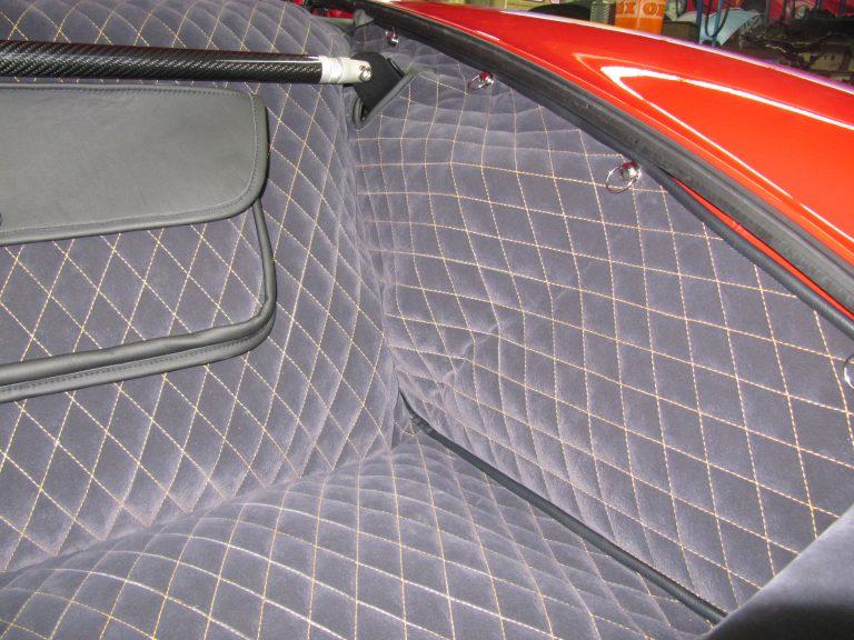 Einbauansicht 993 Kofferraumteppich/Tasche/Domstrebe