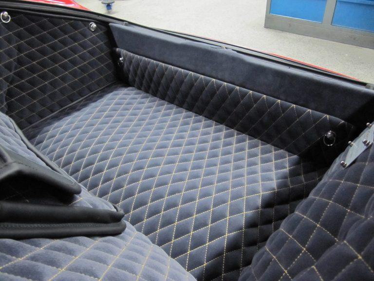 Einbauansicht 993 Kofferraumteppich (gelbe Naht)