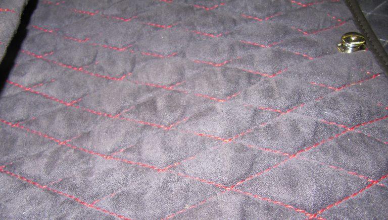 Detailansicht Kofferraumteppich / Nahtfarbe: Indischrot