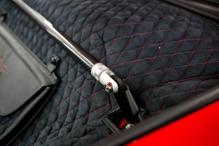 Einbauansicht 993 Kofferraumteppich/Domstrebe