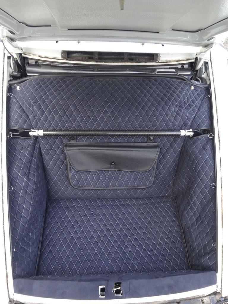 Einbauansicht 964 Kofferraumteppich/Tasche/Schlossblende/Domstrebe