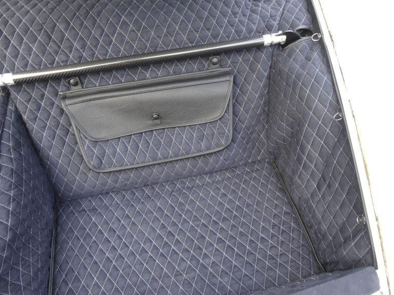 Einbauansicht 964 Kofferraumteppich/Tasche/Domstrebe