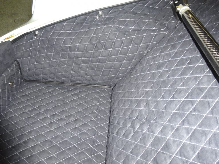 Einbauansicht 964 Kofferraumteppich/Domstrebe